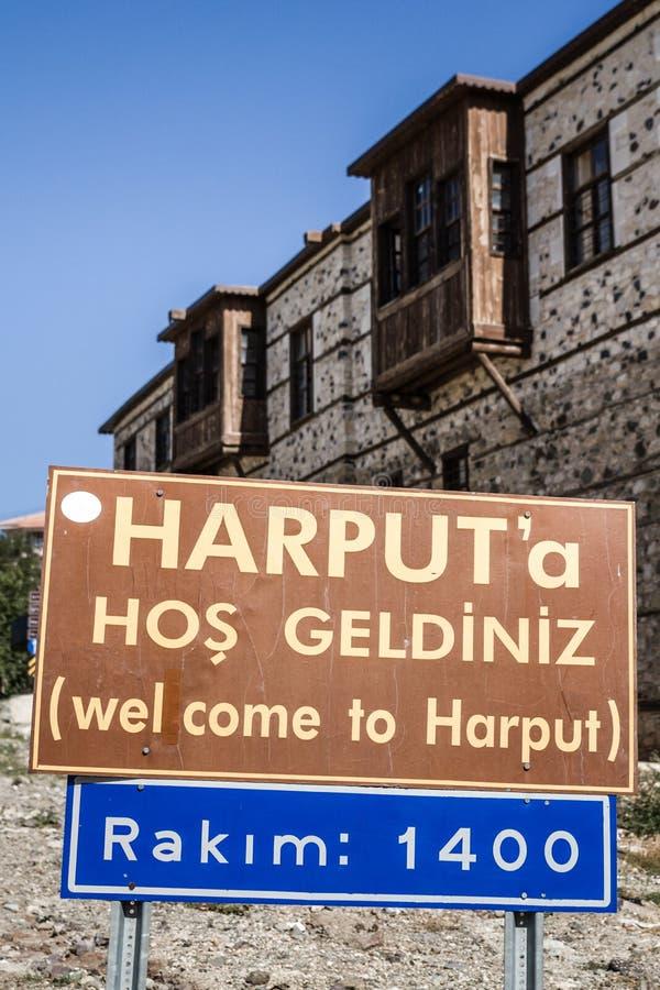 Signe de ville de Harput devant les Chambres traditionnelles de tabouret images stock