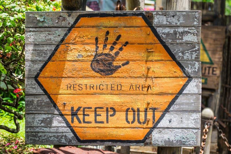 Signe de zone restreinte Gardez à l'extérieur photographie stock libre de droits