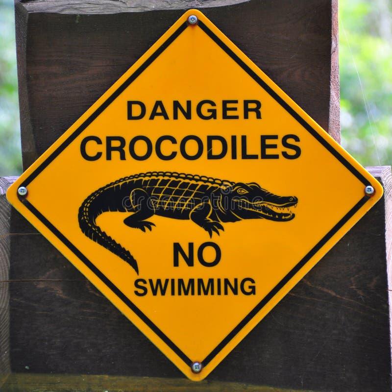 Signe des crocodiles de danger photographie stock
