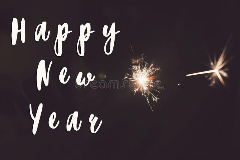 Signe des textes de bonne année, bonne année et concept de Joyeux Noël main tenant la combustion images stock