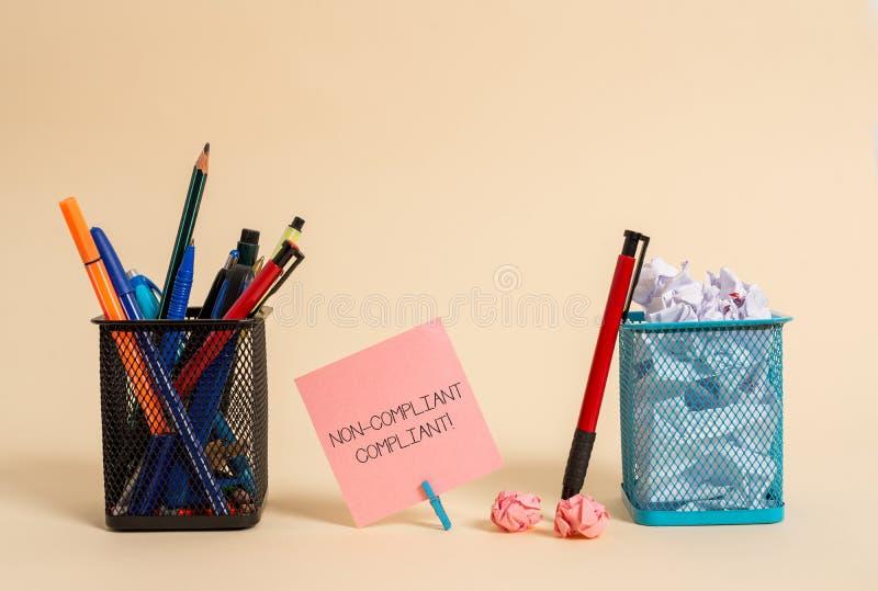 Signe des textes montrant conforme non conforme Photo conceptuelle résistante à la règle dans l'accord au papier de note simple d photographie stock