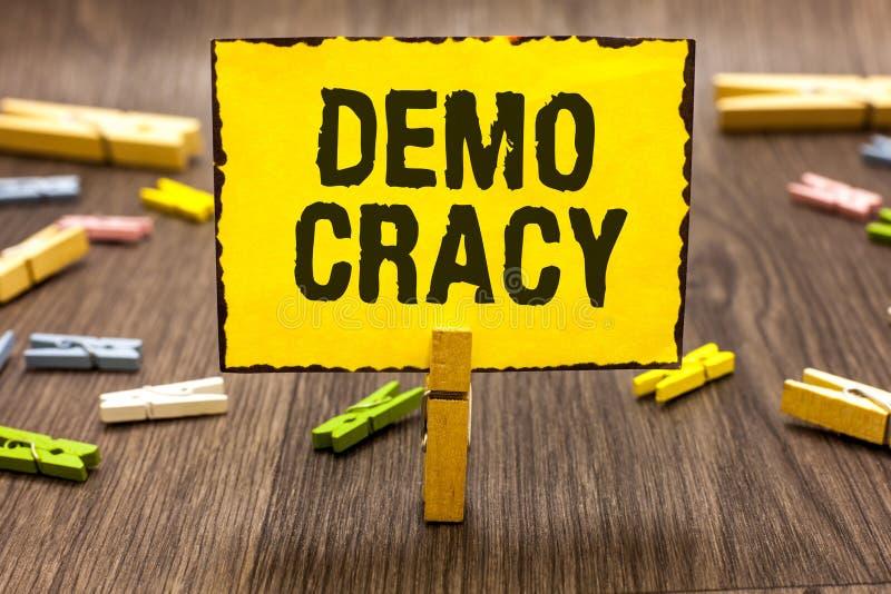 Signe des textes montrant Demo Cracy La liberté conceptuelle de photo des personnes pour exprimer leurs sentiments et participati images libres de droits