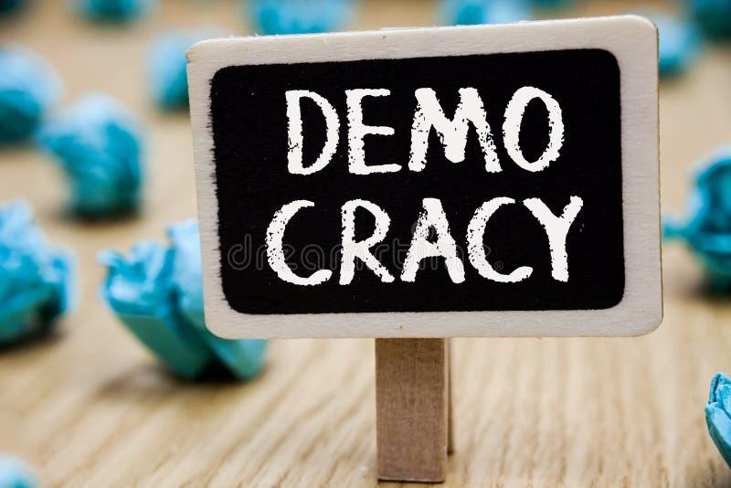 Signe des textes montrant Demo Cracy La liberté conceptuelle de photo des personnes pour exprimer leurs sentiments et tableau noi image stock