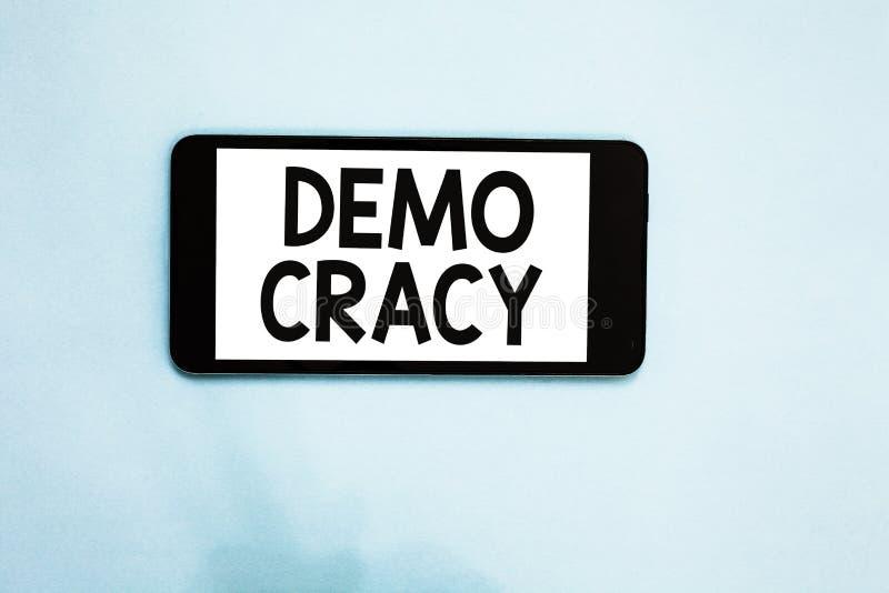 Signe des textes montrant Demo Cracy Liberté conceptuelle de photo des personnes pour exprimer leurs sentiments et écran de blanc images libres de droits