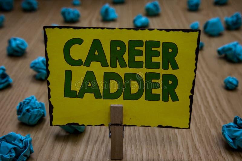 Signe des textes montrant l'échelle de carrière Participation conceptuelle de pince à linge d'accomplisseur de mobilité de Job Pr illustration stock