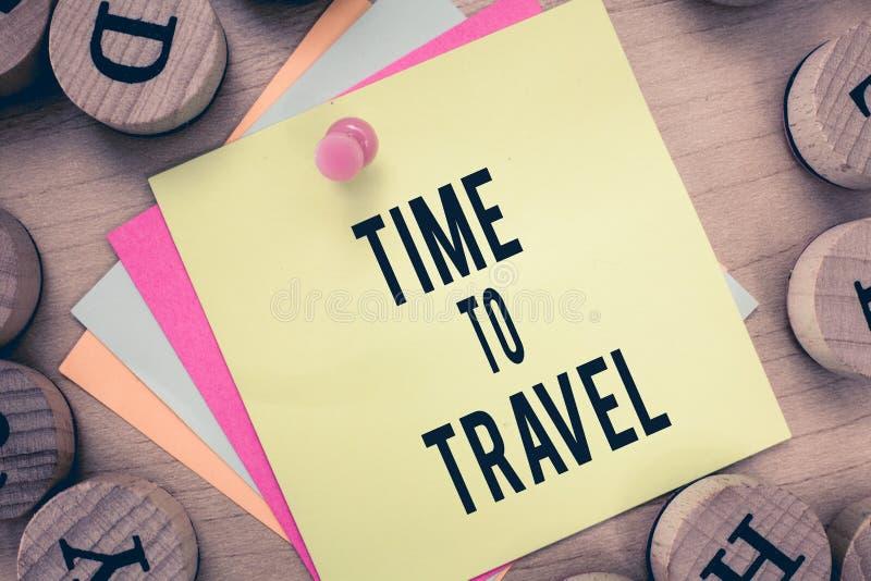 Signe des textes montrant l'heure de voyager Photo conceptuelle se déplaçant ou allant d'un endroit à l'autre des vacances image libre de droits