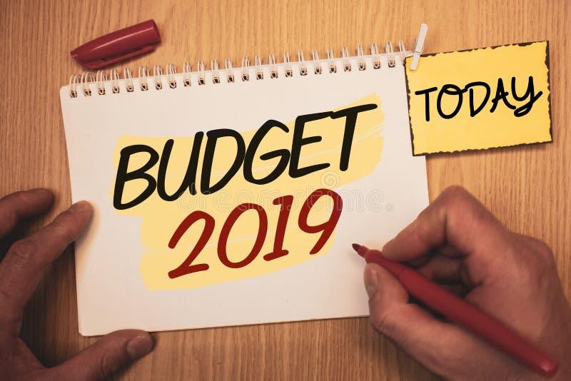 Signe des textes montrant le budget 2019 Évaluation conceptuelle de nouvelle année de photos des revenus et des dépenses PlanMan  photo libre de droits