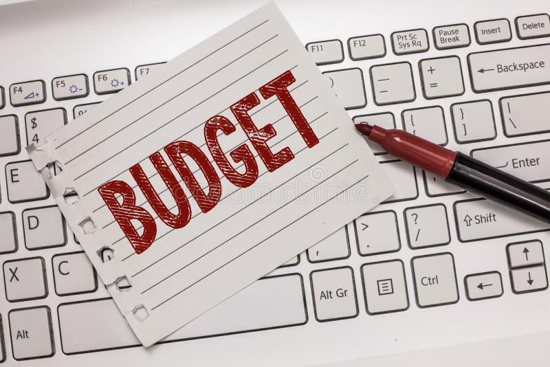 Signe des textes montrant le budget La photo conceptuelle a défini l'évaluation des revenus et dépenses pour la période d'ensembl photos libres de droits