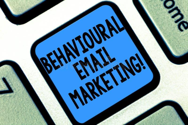 Signe des textes montrant le marketing comportemental d'email Clavier customercentric de stratégie de transmission de messages de photo stock
