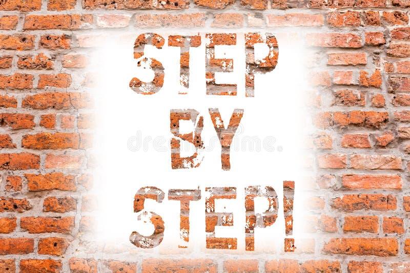 Signe des textes montrant point par point Route lente de progrès de photo conceptuelle à l'art de mur de briques de croissance de photographie stock