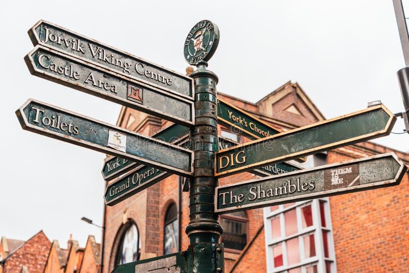 Signe directionnel à York City (Royaume-Uni) photos libres de droits