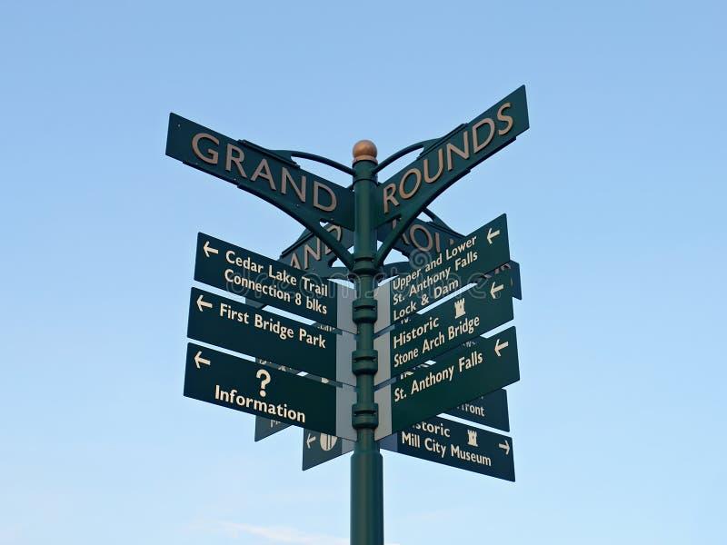 Signe directionnel au pont en pierre de voûte à Minneapolis image libre de droits