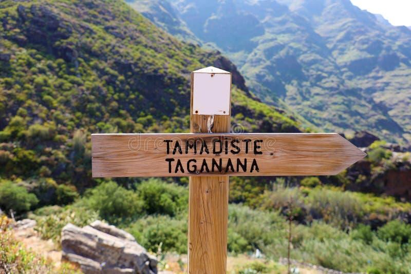Signe directionnel au village côtier de la plage de Taganana et de Tamadiste, Ténérife, Îles Canaries, Espagne Tourisme naturel d photos libres de droits