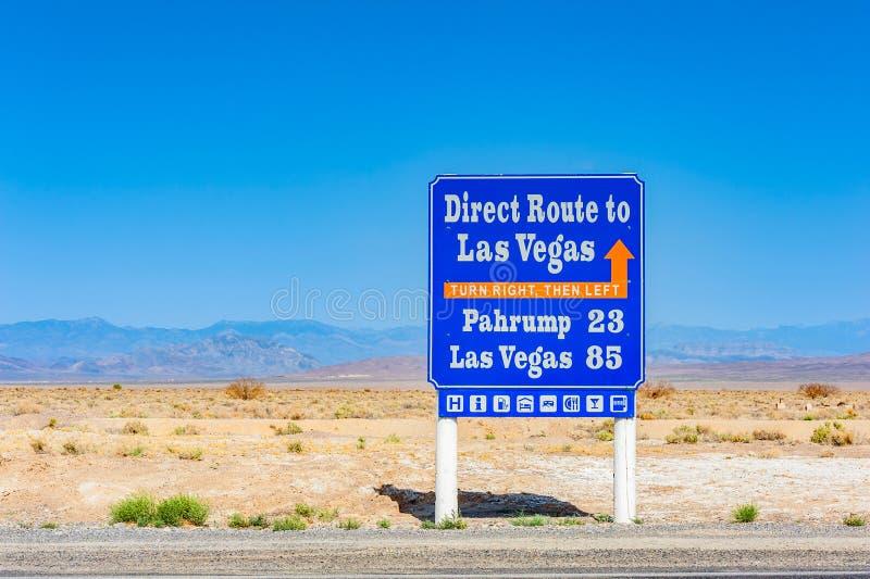 Signe directionnel vers Las Vegas de parc national de Death Valley la Californie Etats-Unis image stock