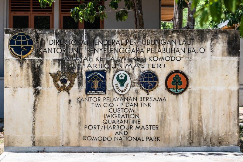 Signe du bâtiment de gouvernement au parc national de Komodo, Indonésie photo libre de droits