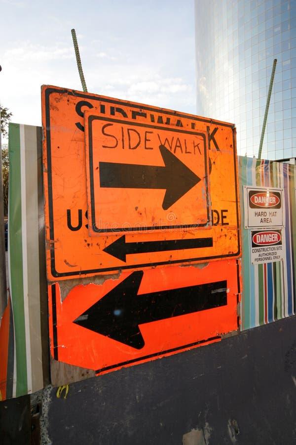 Signe embrouillant de trottoir images stock