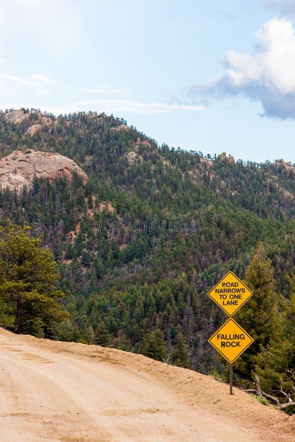 Signe en baisse de danger de roche avec le Mountain View photo libre de droits