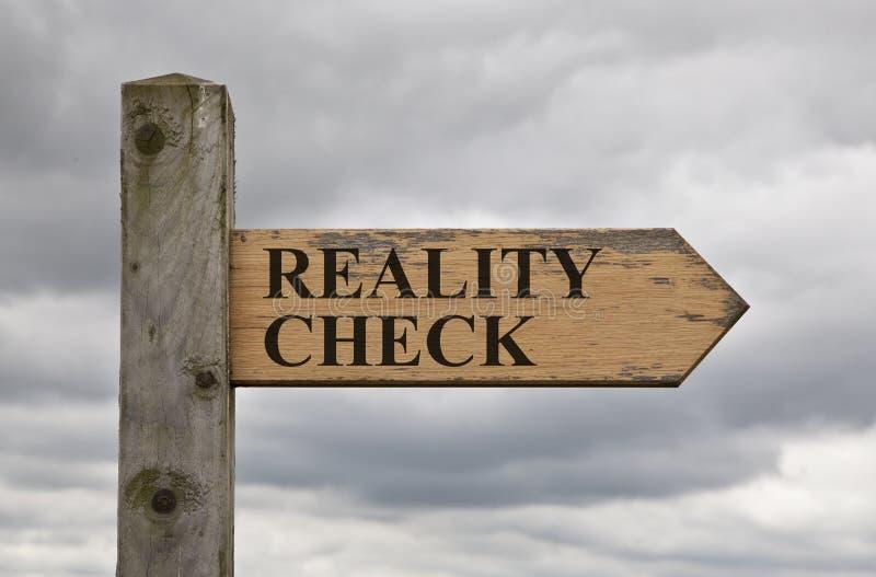 Signe en bois de confrontation avec la réalité photo libre de droits
