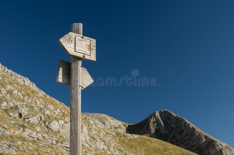 Signe en bois de sentier de randonnée avec la vue scénique photographie stock