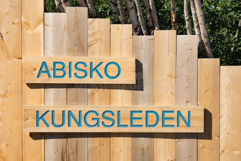 Signe en bois pour la traînée de Kungsleden en parc de nation d'Abisko photo stock