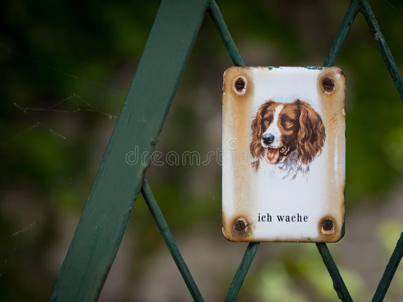 Signe en métal avec dire de chien images stock