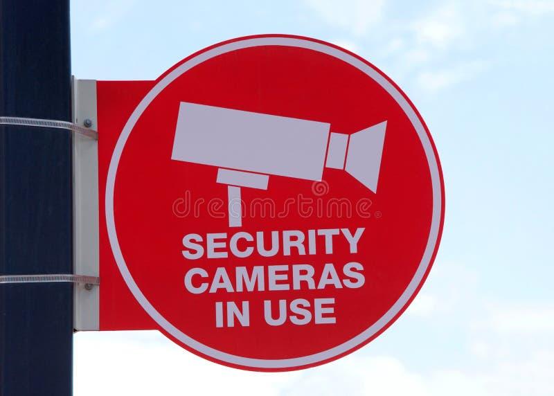 Signe en service de caméras de sécurité avec le ciel à l'arrière-plan photos stock