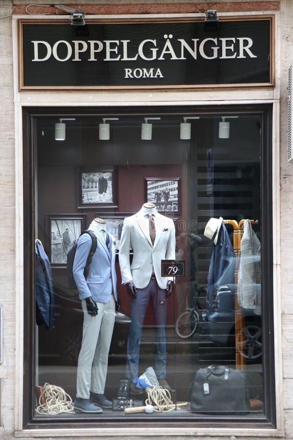 """Signe et étalage d'un magasin d'habillement de DOPPEL GÃ""""NGER images stock"""
