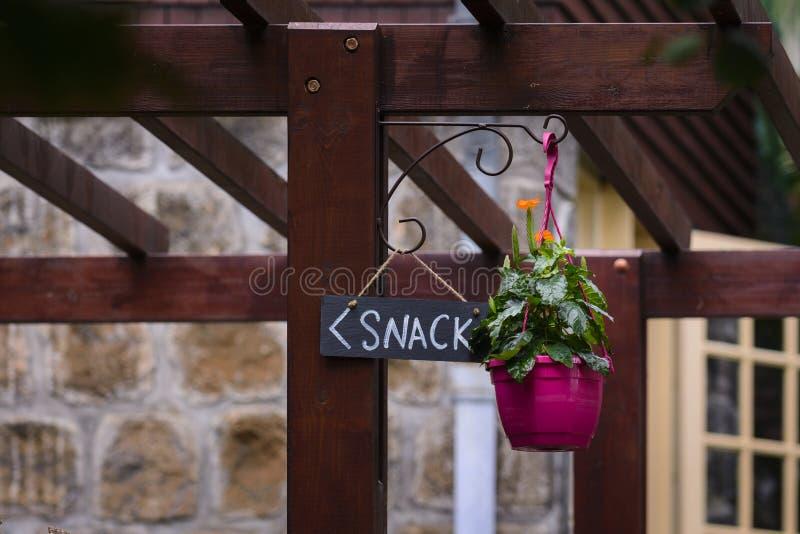 Signe et fleurs de casse-croûte dans le jardin photographie stock