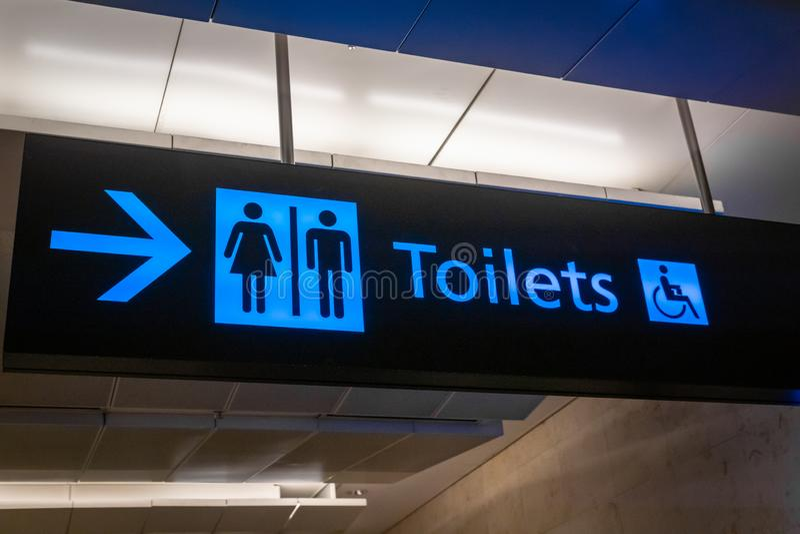 Signe et icône de toilette en anglais photographie stock libre de droits