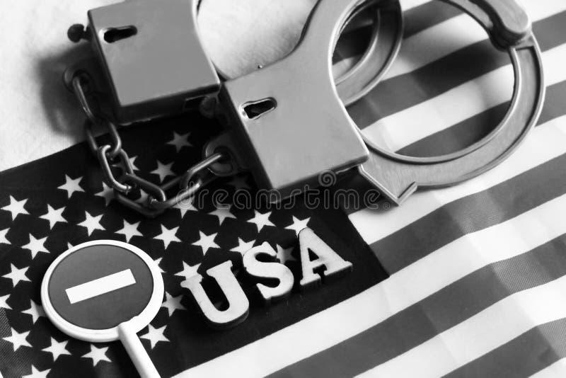 Signe et menottes d'arrêt de route sur un fond de drapeau de l'Amérique image libre de droits