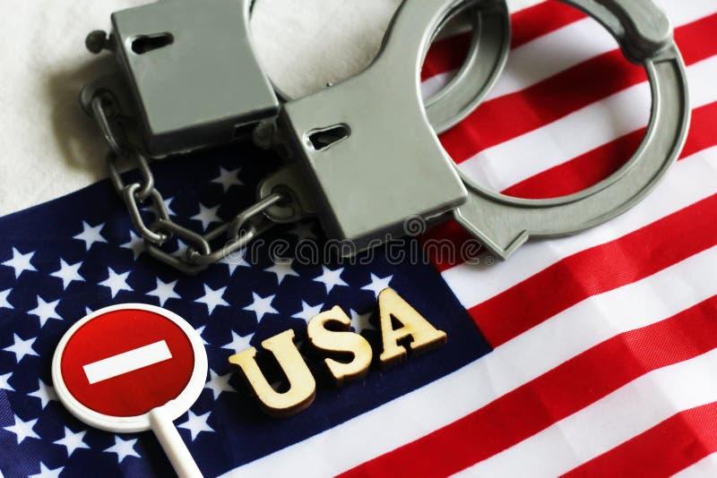 Signe et menottes d'arrêt de route sur un fond de drapeau de l'Amérique photo libre de droits