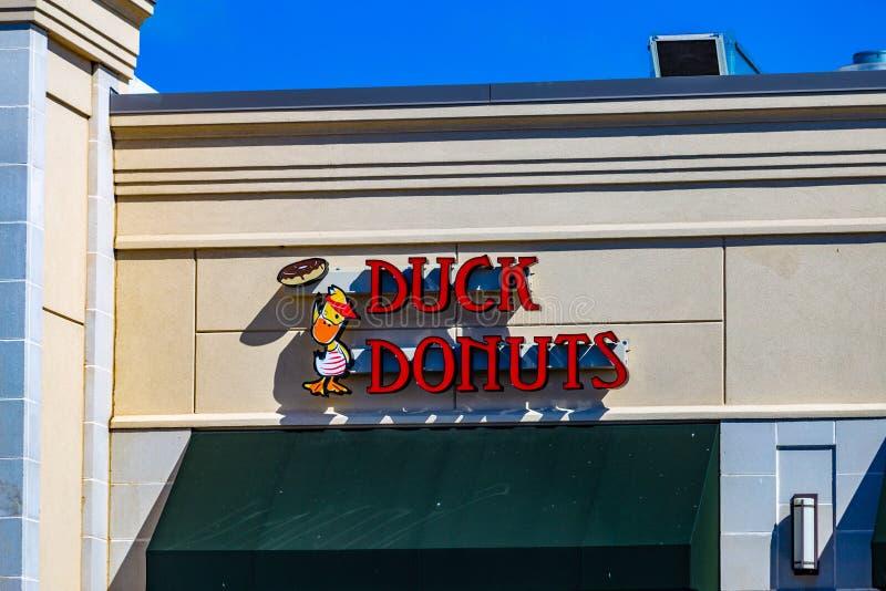 Signe extérieur de Duck Donuts photo stock
