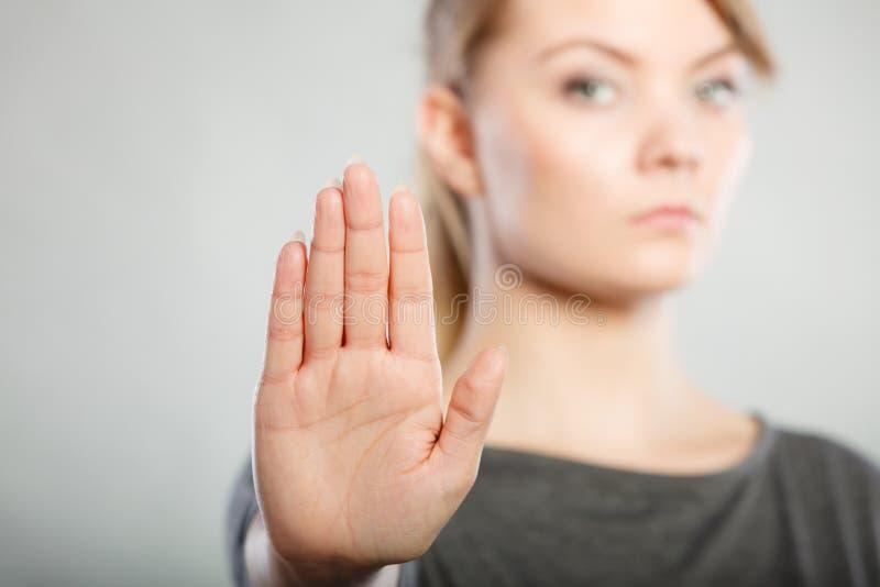 Signe femelle d'arrêt d'expositions par sa main images stock
