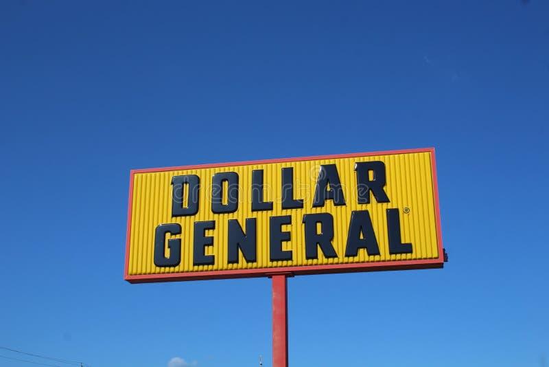 Signe général du dollar contre un ciel bleu photographie stock libre de droits