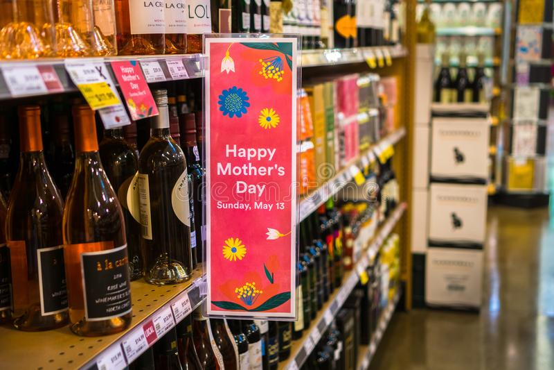 Signe heureux de ` de jour du ` s de mère de ` signalé à la zone d'exposition de vin photographie stock libre de droits