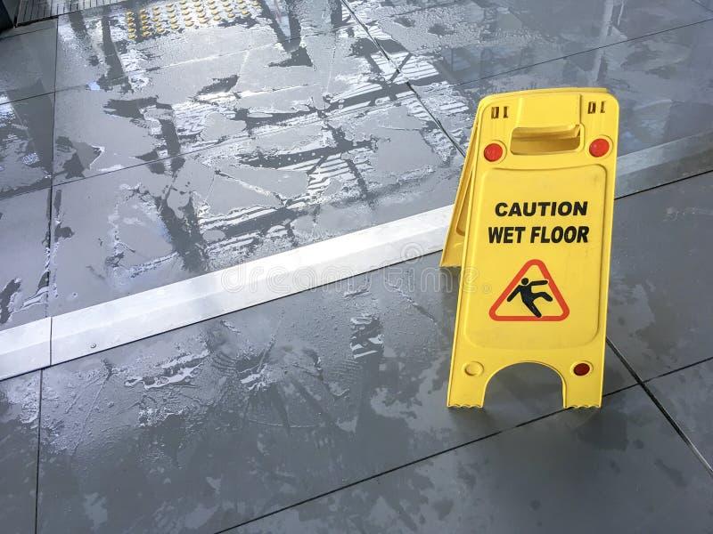 Signe humide d'étage photos stock