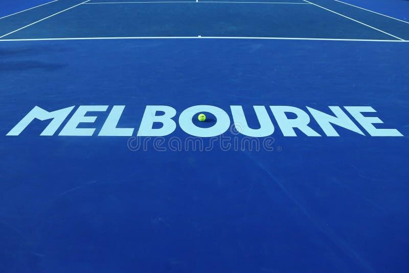 Signe iconique de Melbourne chez Rod Laver Arena avec de la balle de tennis de Wilson avec le logo d'open d'Australie au centre a photo stock