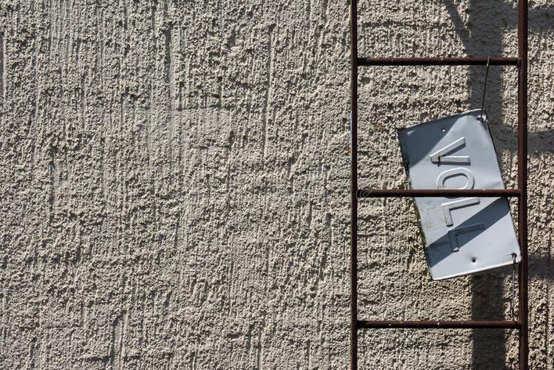 Signe Indu de plat de Conrete Rusty Ladder Voll Full Metal de mur de ciment images libres de droits