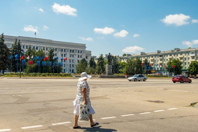 Signe j'aime Lugansk sur la place centrale Teatralna près du monument de Lénine, vue de rue dans Lugansk photos stock