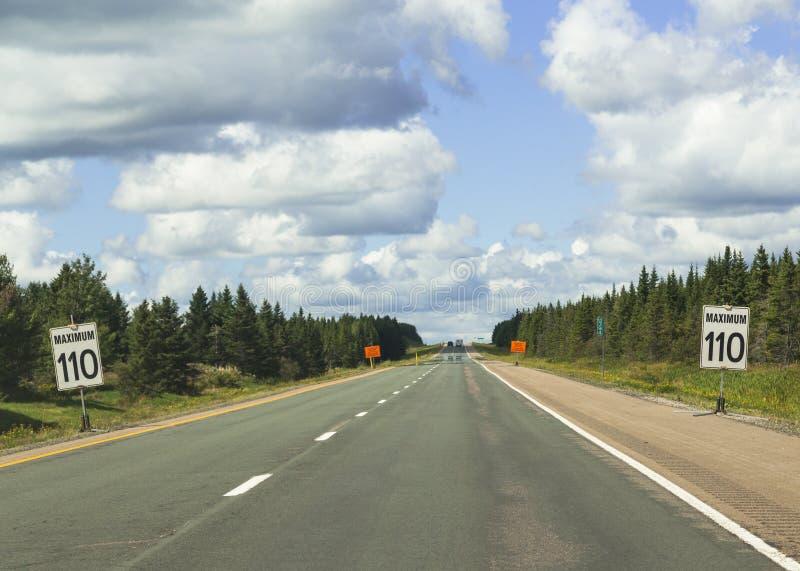 Signe l'avertissement de la limitation de vitesse de 110 en Nova Scotia photos stock