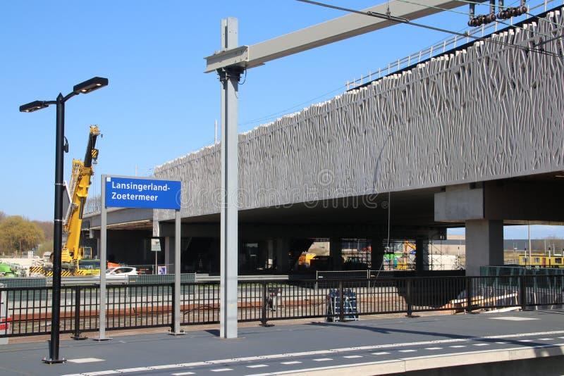 Signe Lansingerland-Zoetermeer de nom dans bleu et blanc sur la plate-forme de la station toute neuve photographie stock