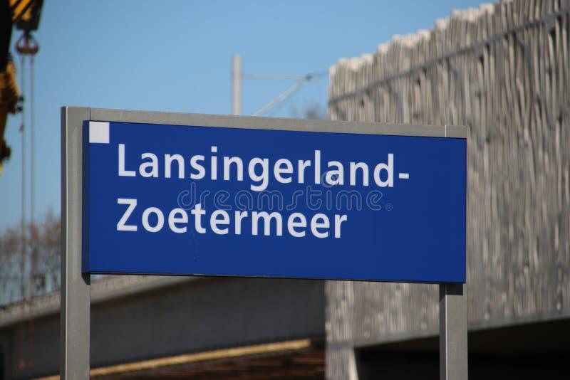 Signe Lansingerland-Zoetermeer de nom dans bleu et blanc sur la plate-forme de la station toute neuve photos stock