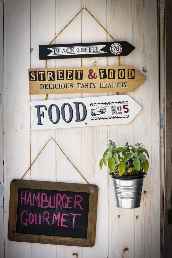Signe le restaurant Rétros flèches Fond en bois de décoration illustration libre de droits