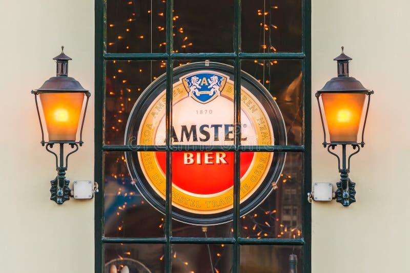 Signe lumineux avec le logo néerlandais de bière d'Amstel derrière une fenêtre photo libre de droits