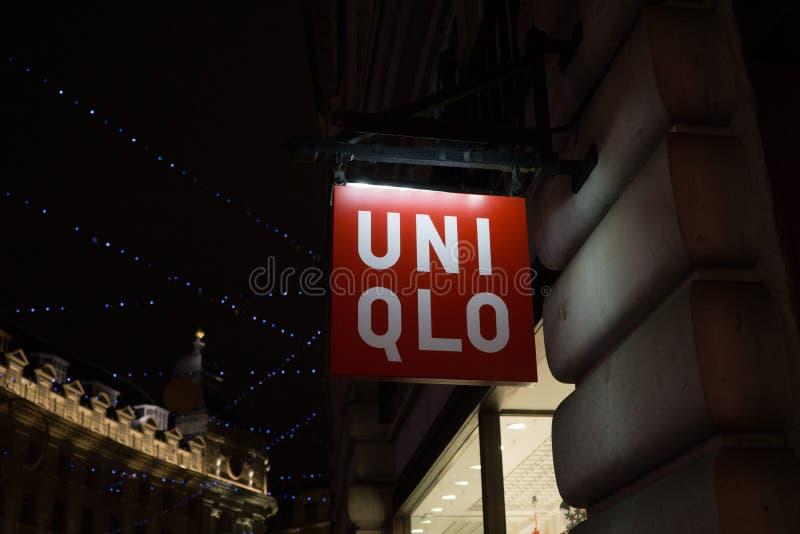 Signe lumineux en dehors de magasin d'Uniqlo sur la rue d'Oxford, Londres, Angleterre le lendemain de Noël la nuit images libres de droits