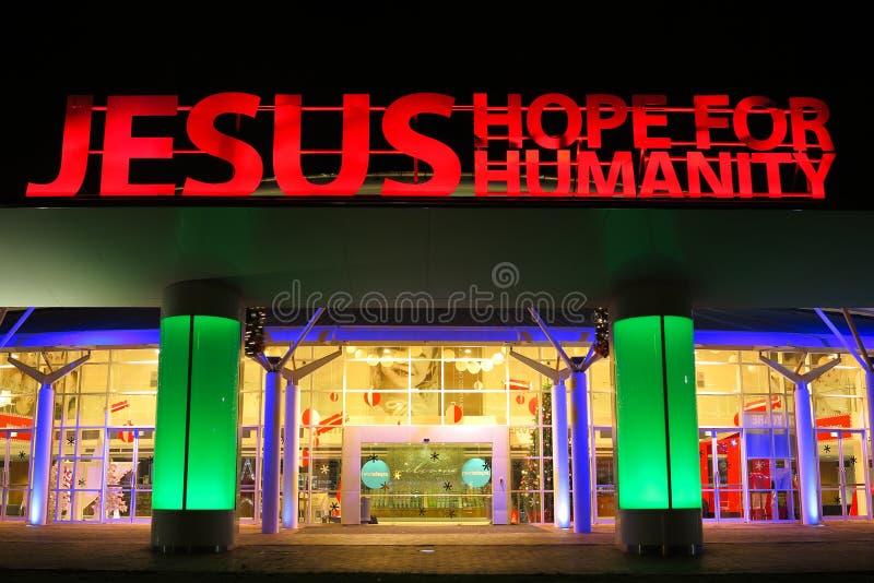 Signe lumineux Jésus au-dessus de l'entrée d'église photos stock