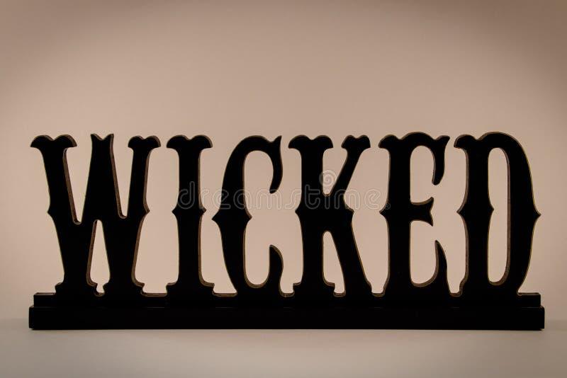 Signe mauvais en bois noir pour Halloween image stock