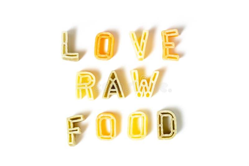 Signe, nourriture crue d'amour des textes faite de p?tes italiennes sur le fond blanc, r?gime de veggie et concept de consommatio images libres de droits
