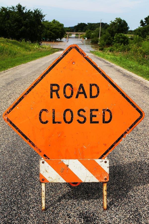 Signe orange de construction de Cloased de route bloquant la rue inondée image libre de droits