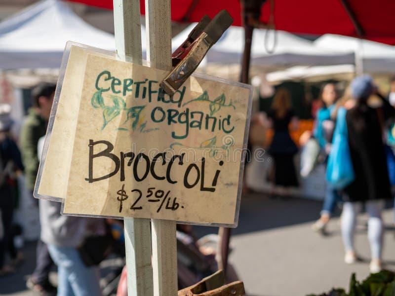Signe organique certifié de brocoli et de prix accrochant sur une tente du marché d'agriculteurs photo libre de droits